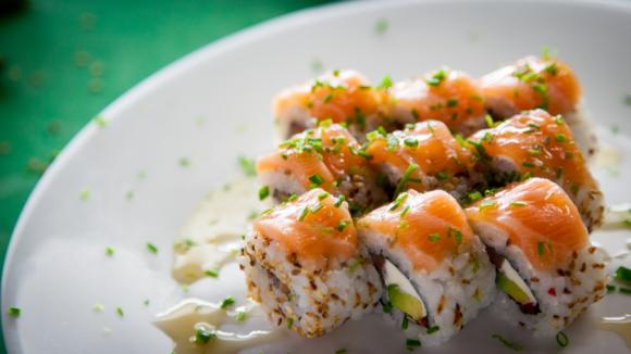 Roll de autor: queso, salmón, palta y frutilla.