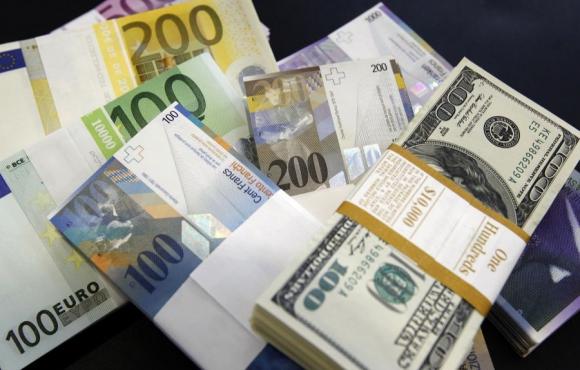 Francos suizos, dólares y euros. Foto: Reuters
