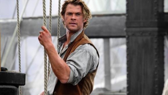 Chris Hemsworth encarna al primer oficial del barco que se topa con la ballena.