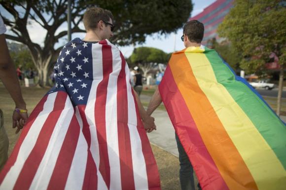 Una pareja de California esperando la decisión. Foto: AFP.
