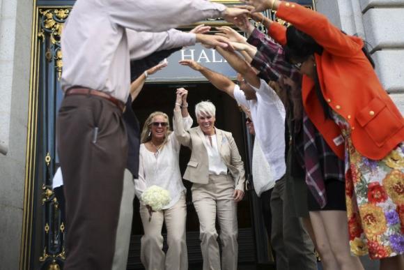 Una pareja recién casada en San Francisco, a pocas horas de la decisión. Foto: Reuters.