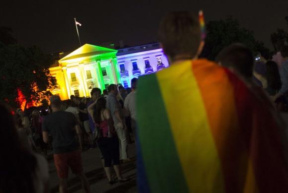 La Casa Blanca se tiñó por la noche con los colores de la bandera del arcoiris. Foto: AFP.
