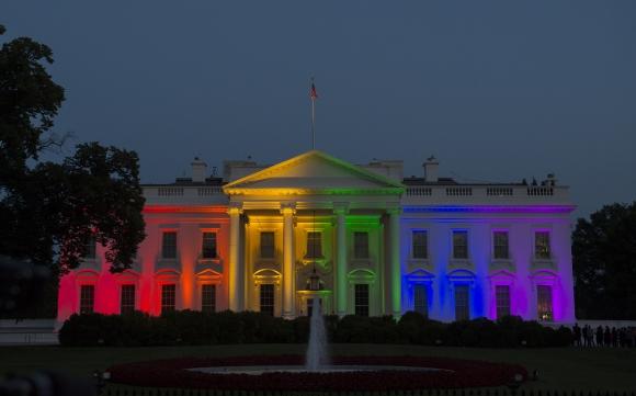 La Casa Blanca iluminada con motivo de la legalización del matrimonio homosexual. Foto: AFP.