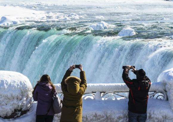 Cataratas del Niágara parcialmente congeladas. Foto: AFP.