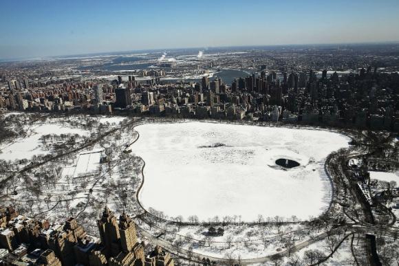 El río Hudson quedó parcialmente congelado como consecuencia de la ola de frío que azota Nueva York. Foto: Reuters.