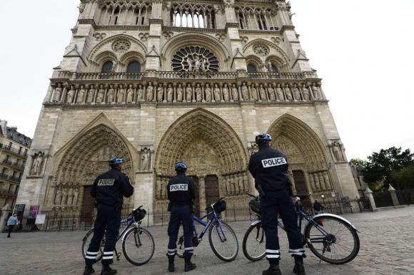 Policías vigilan a los pies de la catedral de Notre Dame. Foto: AFP.