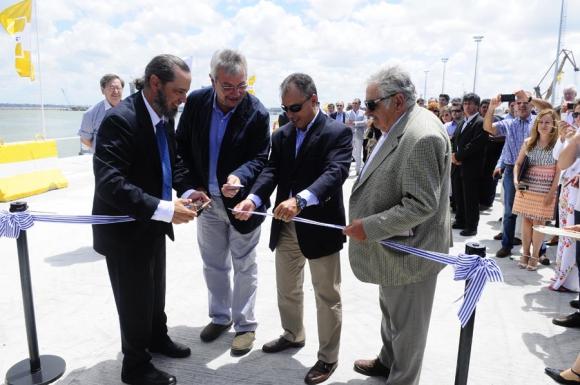 Díaz (presidente de la ANP), Pintado (ministro de Transporte), Ruibal (vicepresidente de Saceem) y el presidente Mujica. Foto: M. Bonjour