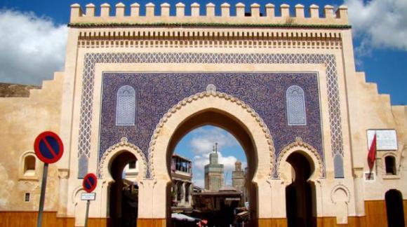 Entre los atractivos turísticos de Fez está su medina, que es Patrimonio de la Humanidad desde 1981. Entre los lugares para hospedarse destacan el Hotel Sahrai y Palais Faraj. Foto: Wikicommons