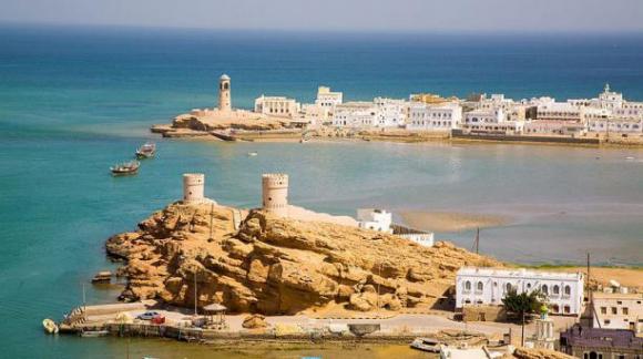 Visitar Muscat, la capital de Oman, es como 'entrar' en una página de 'Las mil y una noches'. Esta ciudad combina algunos rascacielos con villas pintadas de blanco, lujosos palacios y fortalezas medievales. Foto: Wikicommons.
