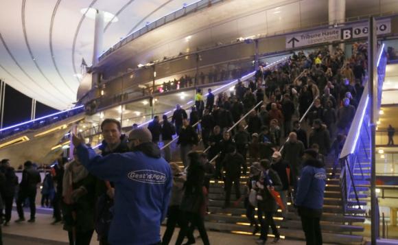 Pánico en un partido de fútbol por una explosión cercana al estadio. Foto: Reuters