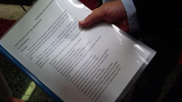 Carpeta con oferta de cargos de Tabaré Vázquez. Foto: María Eugenia Lima