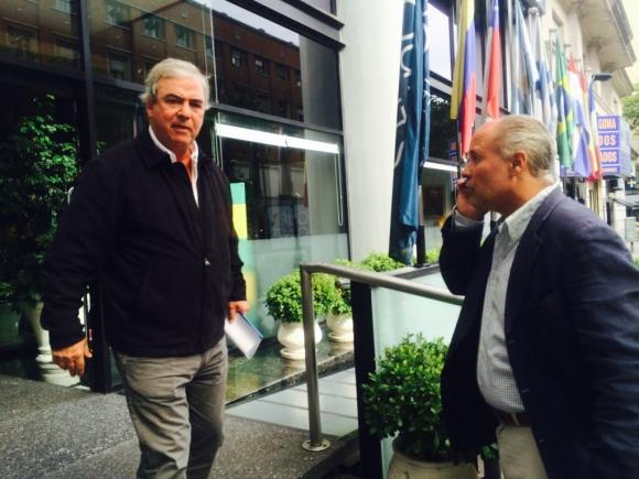 Luis Alberto Heber se retira de la reunión con la carpeta. Foto: Florencia Barré