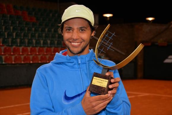 Darío Acosta con su trofeo. Foto Gastón Montero Video gentileza Jugá Tenis