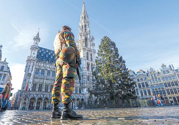 Un efectivo belga, en guardia en una de las plazas de Bruselas.
