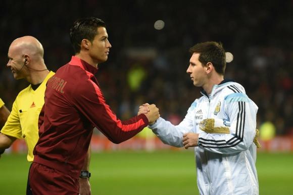 El saludo entre Lionel Messi y Cristiano Ronaldo Foto: AFP