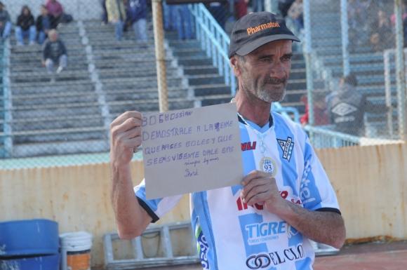 Un hincha de Cerro mostró un peculiar pedido para Joaquín Boghossian. Foto: F. Flores