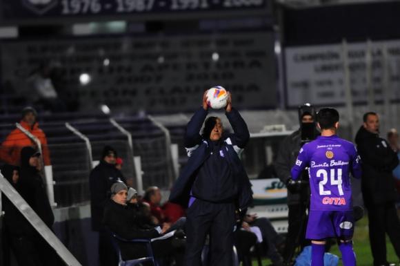 Juan Tejera parece explicarle a Brian Lozano como sacar un lateral. Foto: F. Ponzetto