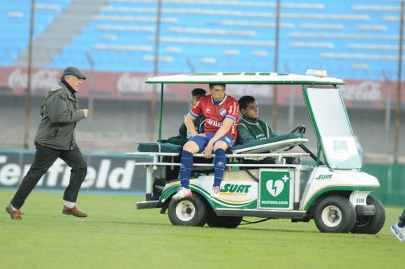 Santiago Romero se retiró en el carro de sanidad, pero se olvidaron de uno de los miembros. Foto: F. Flores