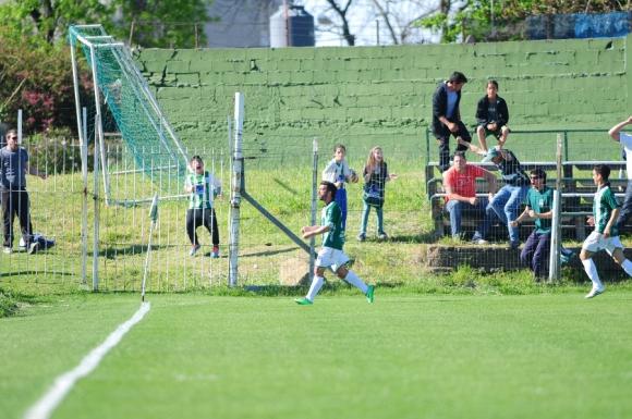 Los hinchas de Racing celebraron con ganas uno de los goles. Foto: EFE