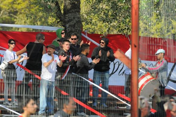 Los de River, con las banderas dadas vuelta, también alentaron. Foto: A. Colmegna