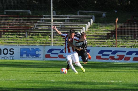 Gonzalo Barreto y una jugada digna del Mundial de Rugby. Foto: A. Colmegna