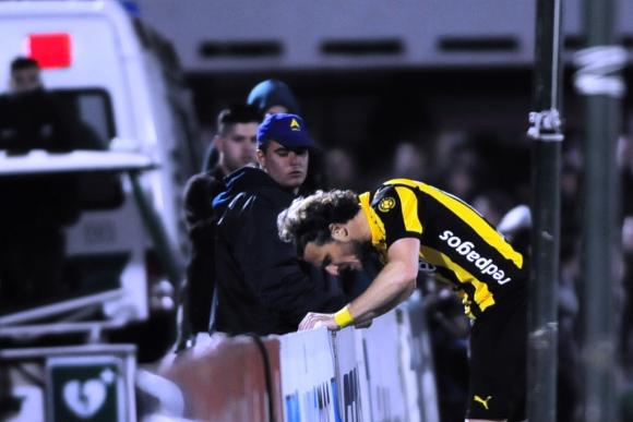 Forlán lamenta una chance errada contra la valla publicitaria. Foto: Fernando Ponzetto.