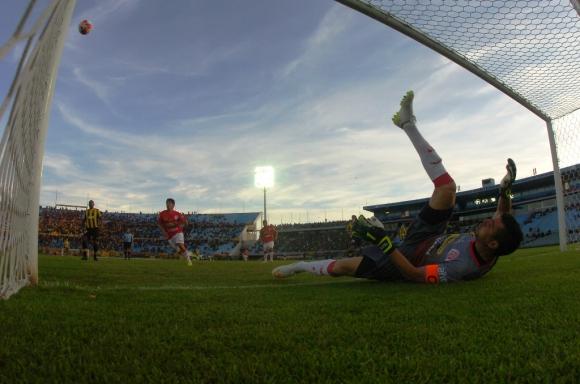 Guillermo Reyes mira la pelota desde el piso tras una chance aurinegra. Foto: Fernando Ponzetto.