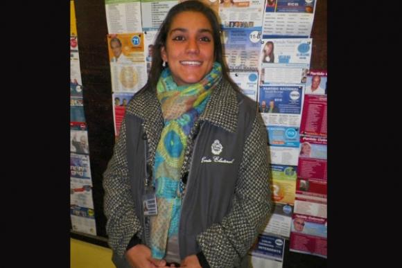 Funcionaria de la Oficina Electoral de Rocha, Natalia Cardoso, hija del candidato nacionalista, José Carlos Cardoso. Foto: Eduardo González