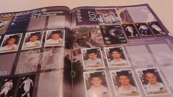 La doble página de Nacional en el Álbum Panini FIFA 365. Foto: captura video Youtube