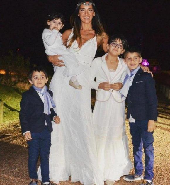 La novia junto a sus cuatro niños. Foto: Instagram @paobianco