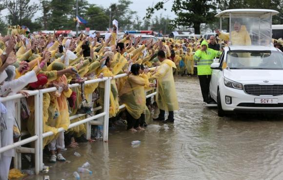 El mal tiempo obligó al papa Francisco a acortar su visita en Filipinas. Foto: EFE