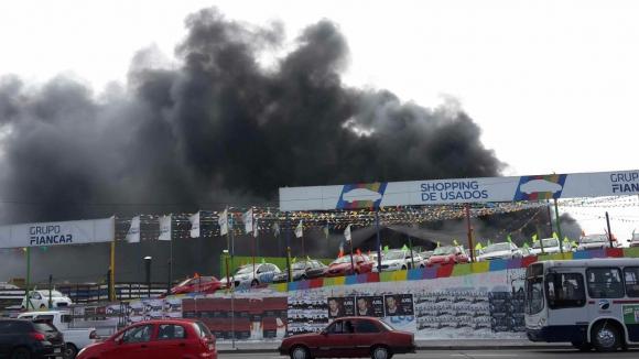 Incendio en automotora de Avenida Italia y Propios. Foto: El País