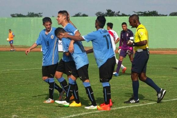 Los jugadores de la sub 15 festejan uno de los goles ante Perú. Foto: AUF