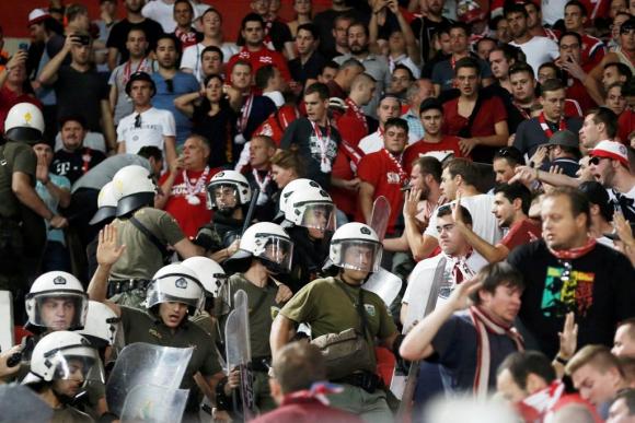 Policías griegos cargaron contra la hinchada del Bayern. Foto: Reuters.