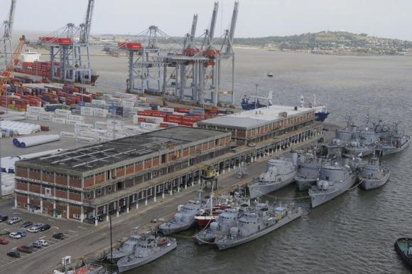 Toda la Armada en puerto; no tienen recursos para lograr permanecer en alta mar. Foto: A. Colmegna