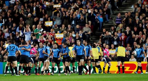 Los jugadores de Uruguay festejan el try apoyado frente a Fiji. Foto: AFP.