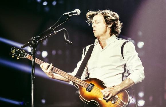 Sir Paul McCartney con su tradicional bajo.