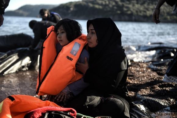 Los refugiados llegan en balsas. Foto: AFP