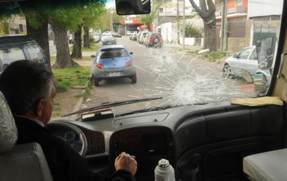 Hinchas tiraron piedras contra el parabrisas de una camioneta. Foto: F. Flores