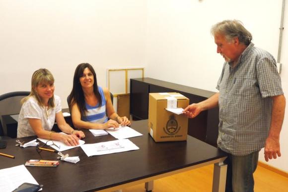 Votantes argentinos se acercan a las urnas del Consulado. Foto: Ricardo Figueredo