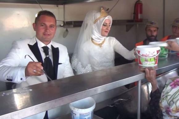 Fethullah Üzümcüoglu y Esra Polat dieron un banquete para 4.000 refugiados sirios.