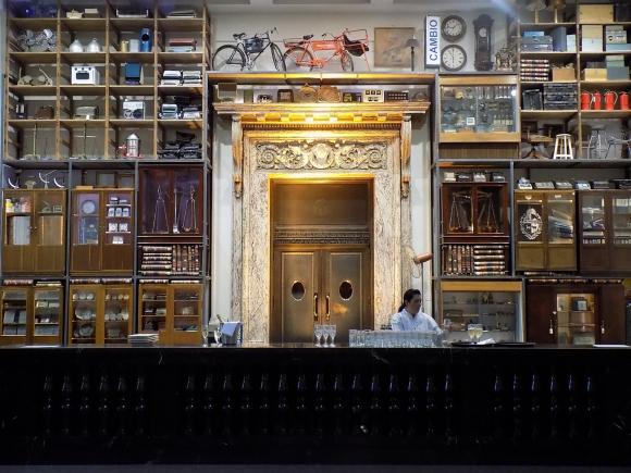 """El artista norteamericano Mark Dion donó su obra """"El Gabinete de las Máquinas del Capital"""" a la Fundación Bienal de Montevideo y esta lo hizo al Banco República, encontrandose actualmente expuesta."""