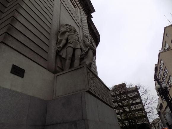 Detalle de la fachada del edificio del BROU.