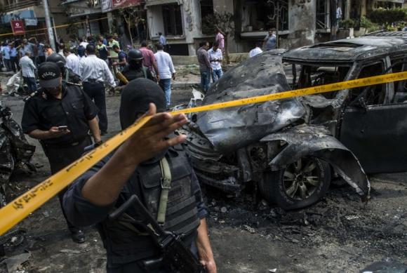 El grupo terrorista hizo detonar una carga explosiva a distancia contra el auto del fiscal Barakat. Foto: AFP.