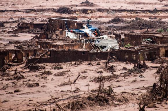 La ruptura de un dique inundó el pequeño poblado con lodos tóxicos. Foto: AFP