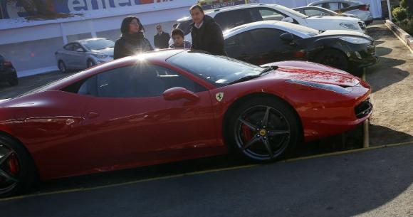 Así era la Ferrari de Arturo Vidal que el chileno chocó el martes en la noche. Foto: EFE