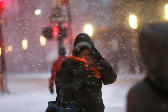 Así sufrieron las ventiscas heladas los peatones en Manhattan. Foto: AFP.