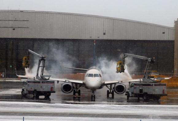 Deshielan un jet en el Aeropuerto Laguardia para que pueda despegar. Foto: AFP.