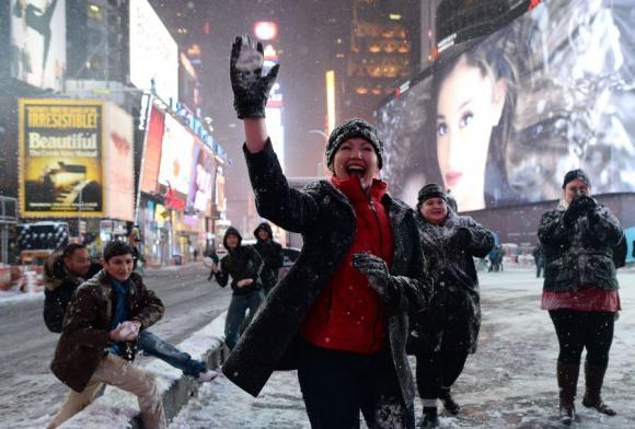 Igual, algunos aprovecharon la tormenta para divertirse con guerras de nieve. Foto: AFP.