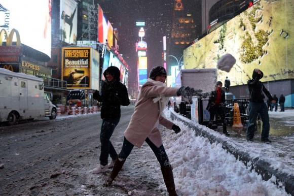 Momentos de calma permitieron divertirse en Manhattan a algunos turistas. Foto: AFP.